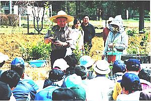 植樹の前に、参加者に植樹方法を説明する宮脇昭先生